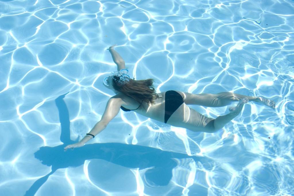 girls-swimming-underwater-1-1430724